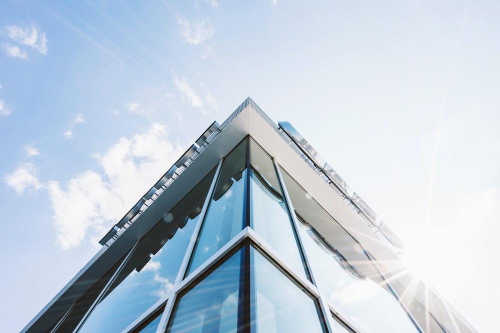澄んだ空の下のガラスの建物の壁