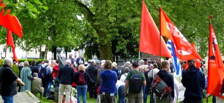 Demonstranten mit roten Fahnen und VVN-Fahne.