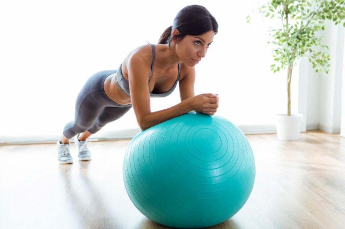 balón de gimnasia, pelota de pilates como accesorios de yoga