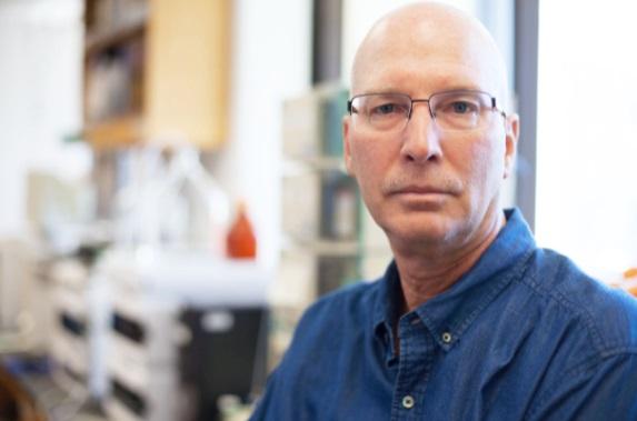 O professor Kim Janda faz parte do Departmaneto de Ciência Microbial, Imunologia e Química do instituto.