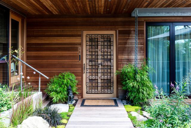 Trang trí cửa chính với chậu cây và hoa