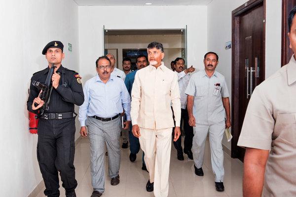 Чандрабабу Найду с охраной и сотрудниками