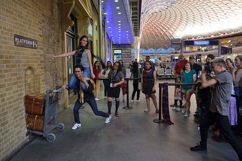 File:Cmglee London Kings Cross Platform 9 3 4.jpg