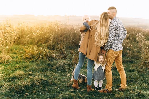 Portrait D'une Famille Heureuse Qui Joue Au Coucher Du Soleil | Photo  Premium