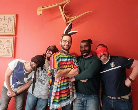 Cinq hommes déguisés de façon ridicule pour un enterrement de vie de garçon original posent dans les locaux de Tactisens en centre ville de Toulouse