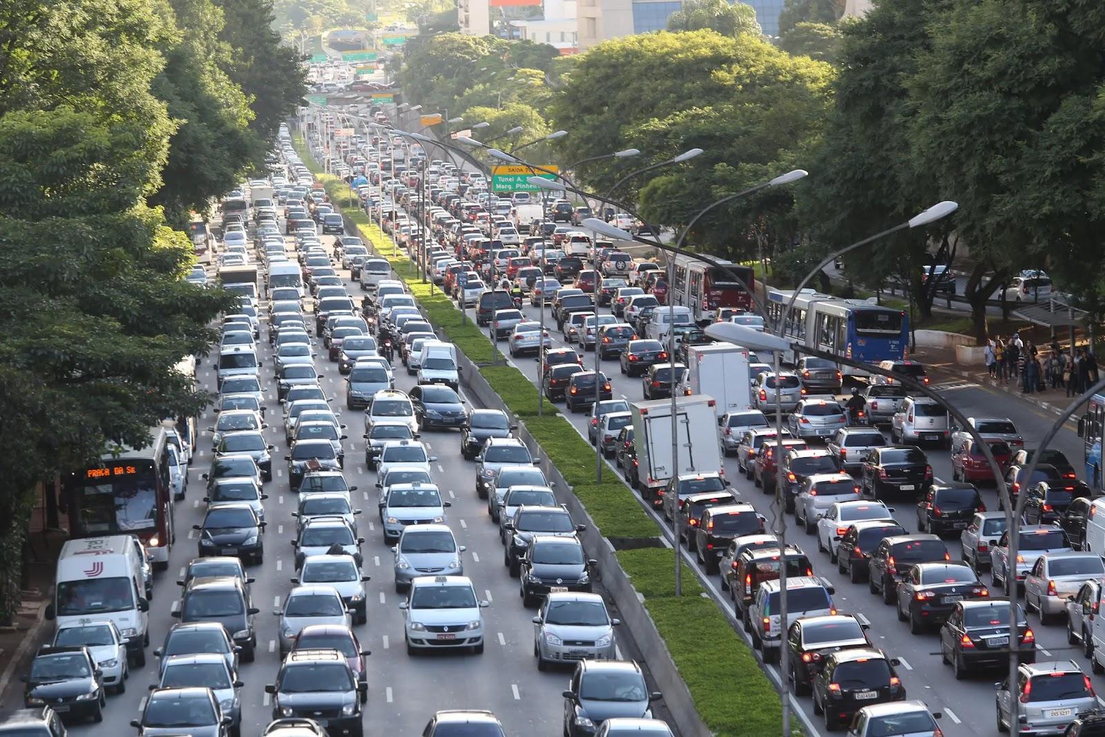 São Paulo conta com o rodízio municipal de carros, que impõe restrições diárias à circulação de veículos de acordo com o número final das placas. (JF Diorio/Estadão/Reprodução)