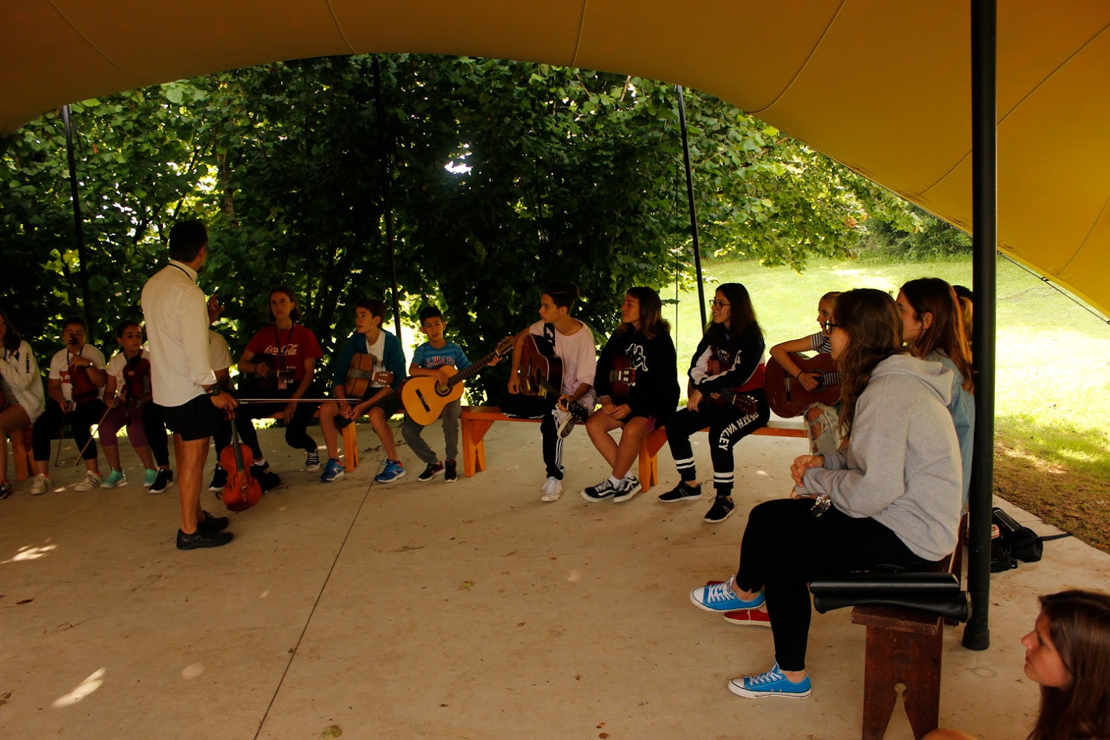Orquesta dentro del campamento Emosie camp Fest