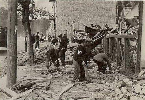 Луцькі євреї ліквідовують наслідки бомбардувань