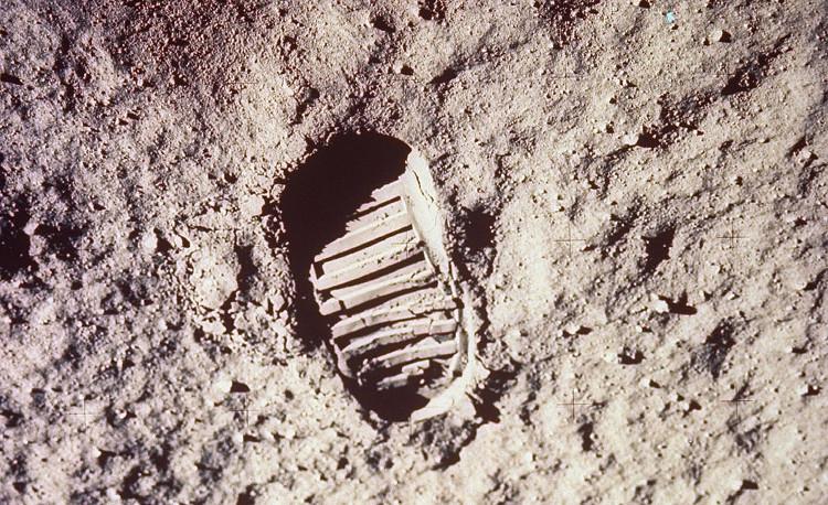 Mặt trăng cũng không có bất kỳ núi lửa hoạt động nào có thể gây ra sự thay đổi ở bề mặt.