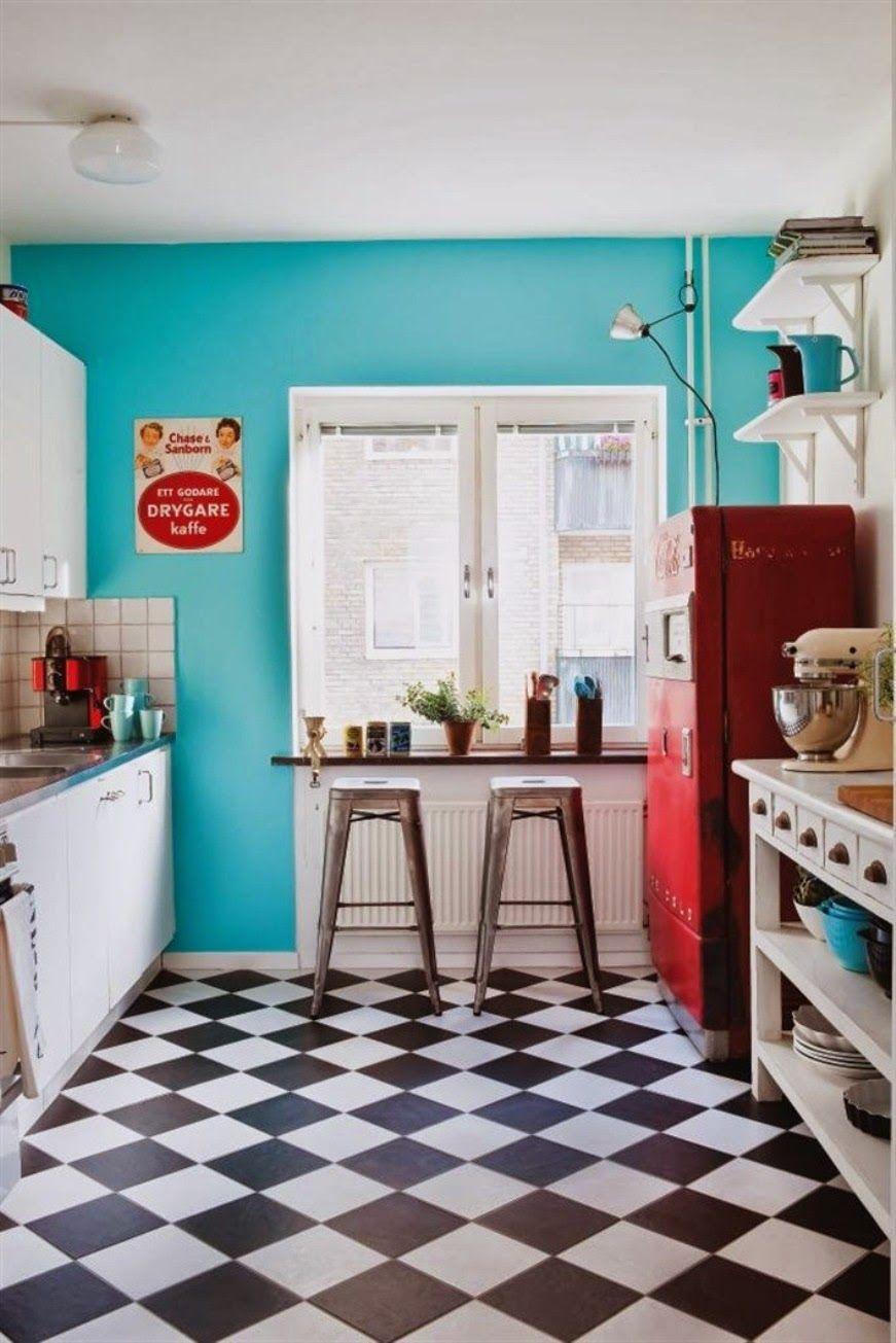 Gạch lát nền caro đen - trắng là lựa chọn tốt để tạo ra một nhà bếp retro thực sự