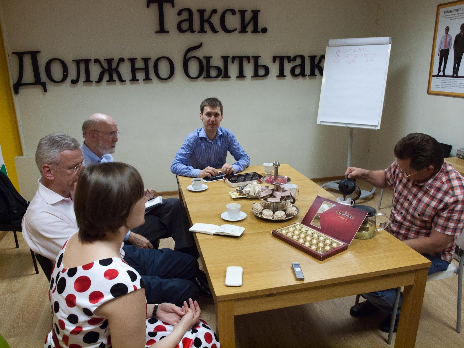 """Беседуем с Джимом Вумеком в офисе """"Командир. Такси"""""""