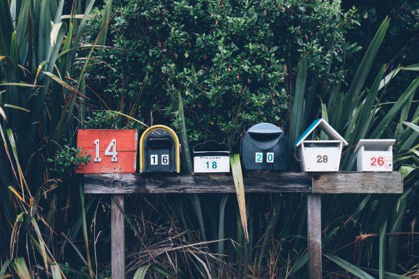 Boîtes aux lettres de différentes formes et couleurs