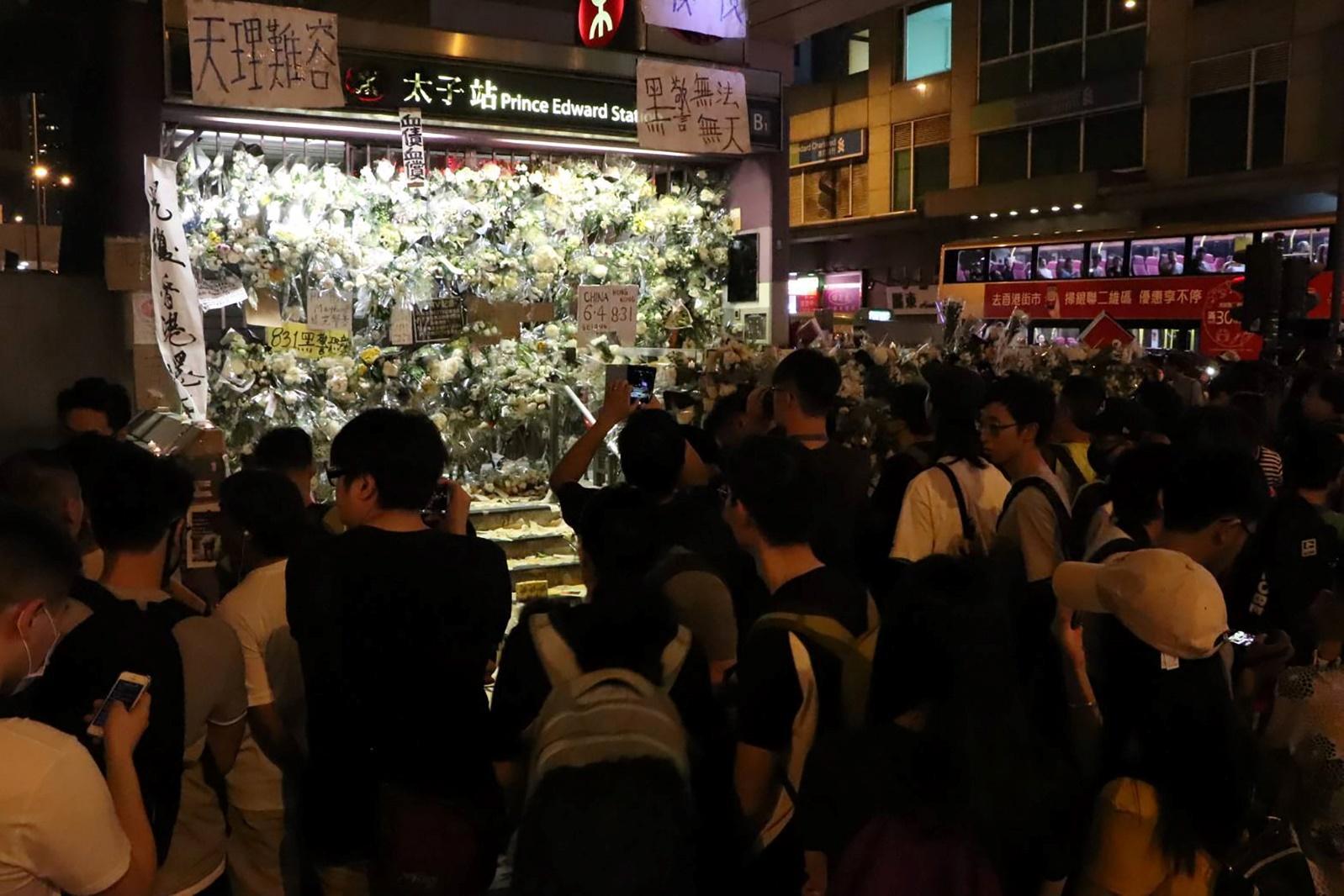 香港反送中示威者7日晚間再次聚集旺角警署周邊,抗議8月31日港鐵太子站的車廂無差別襲擊市民事件。圖為儘管港府證實31日無致死個案,但示威者仍送上鮮花「悼念死者」。(中央社)