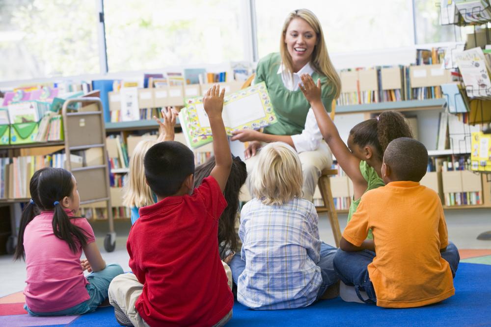 Coloque o livro que será trabalhado durante a semana em destaque na sala de aula. (Fonte: Shutterstock)