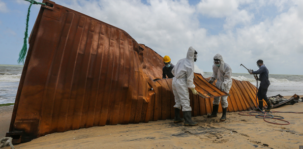Chùm ảnh: Sri Lanka đối mặt thảm họa vì tàu cháy suốt 10 ngày
