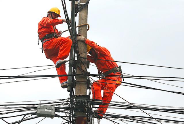 Dây đai thợ điện giúp công nhân ngành điện thoải mái khi làm việc trên cao
