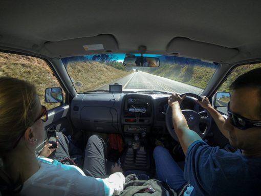 safári na África do Sul - Foto de dentro do carro que mostra uma estrada asfaltada e pista simples.