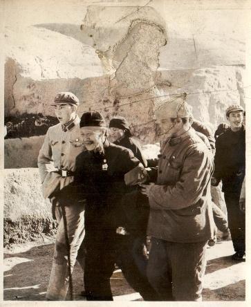C:\Users\MiChenfeng\Pictures\内蒙古韩桐流血事件50年回顾照片\图8,1967年3-4月内蒙古军区部分官兵热情招待70多岁的韩桐父亲及其他家属.jpg