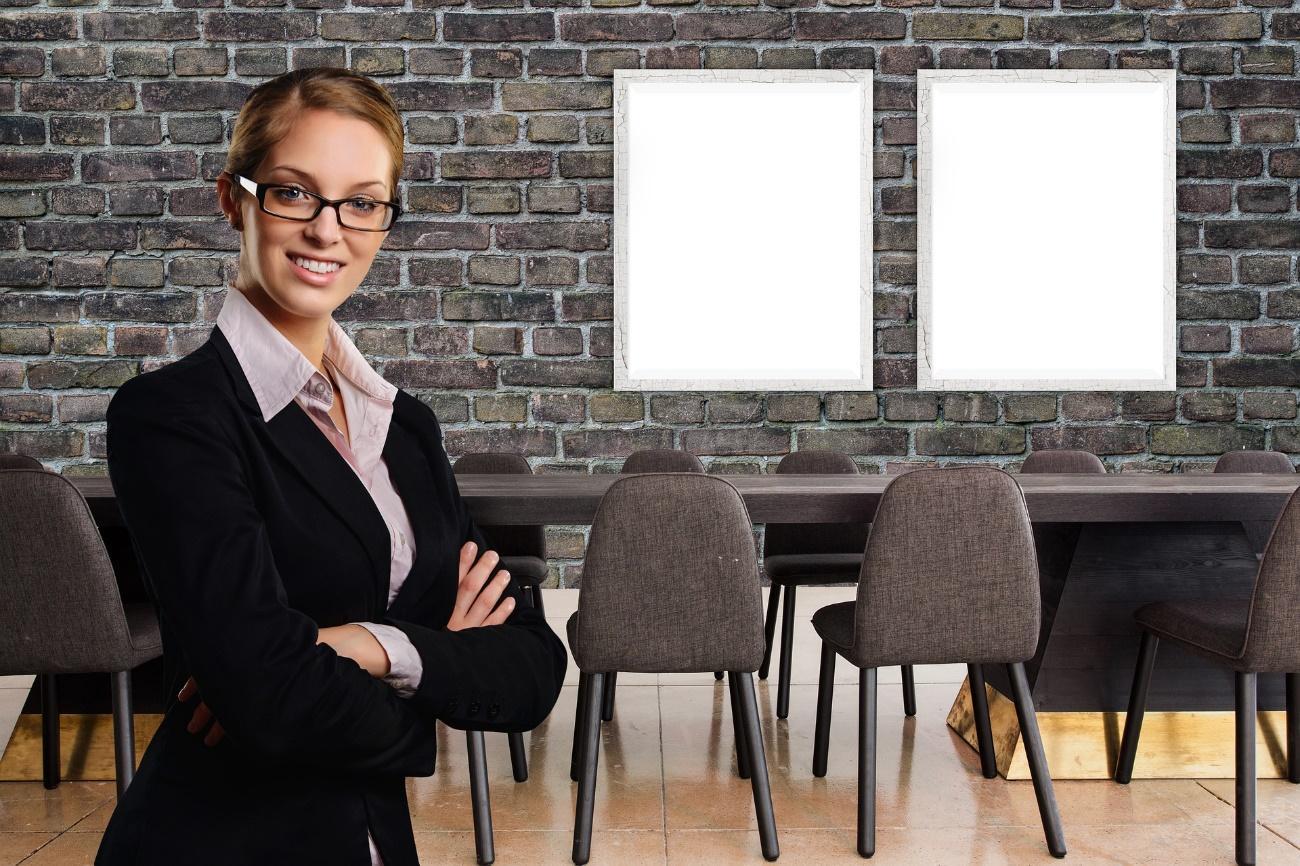 人, 建物, スーツ, フロント が含まれている画像  自動的に生成された説明