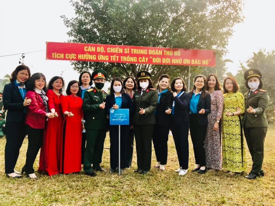 Có thể là hình ảnh về 13 người, trong đó có Thi Khanh Van Le, mọi người đang đứng và ngoài trời