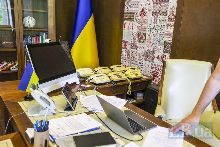 Стіл в кабінеті міністра