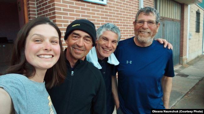 Зліва направо: я, спортсмен із Франції, власник альберге, у якому ми всі зустрілися, голландець Мартін