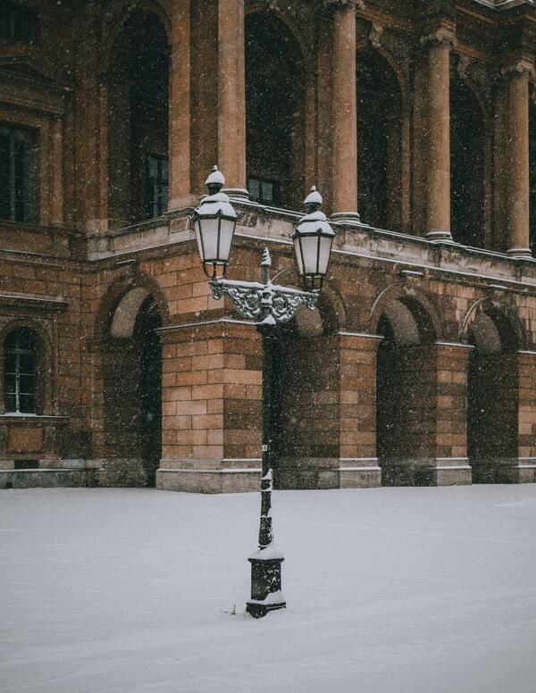 foto de uma lugar com colunas e neve no chão