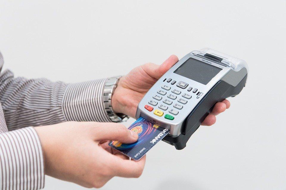 Transaksi menggunakan kartu kredit memungkinkan kamu untuk mendapatkan poin