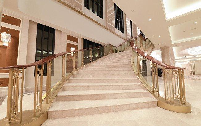 Hai bên đại sảnh là 2 cầu thang lớn dẫn lên tầng 2