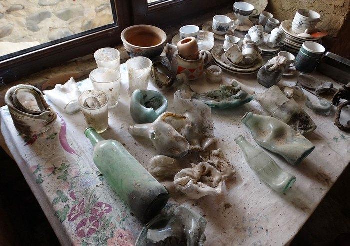 Пошкоджені під час війни особисті речі жителів Ерґнеті в місцевому музеї війни
