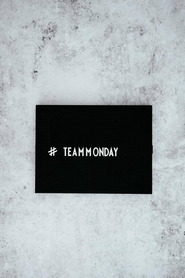 """plaquinha com os escritos """"#teammonday"""""""
