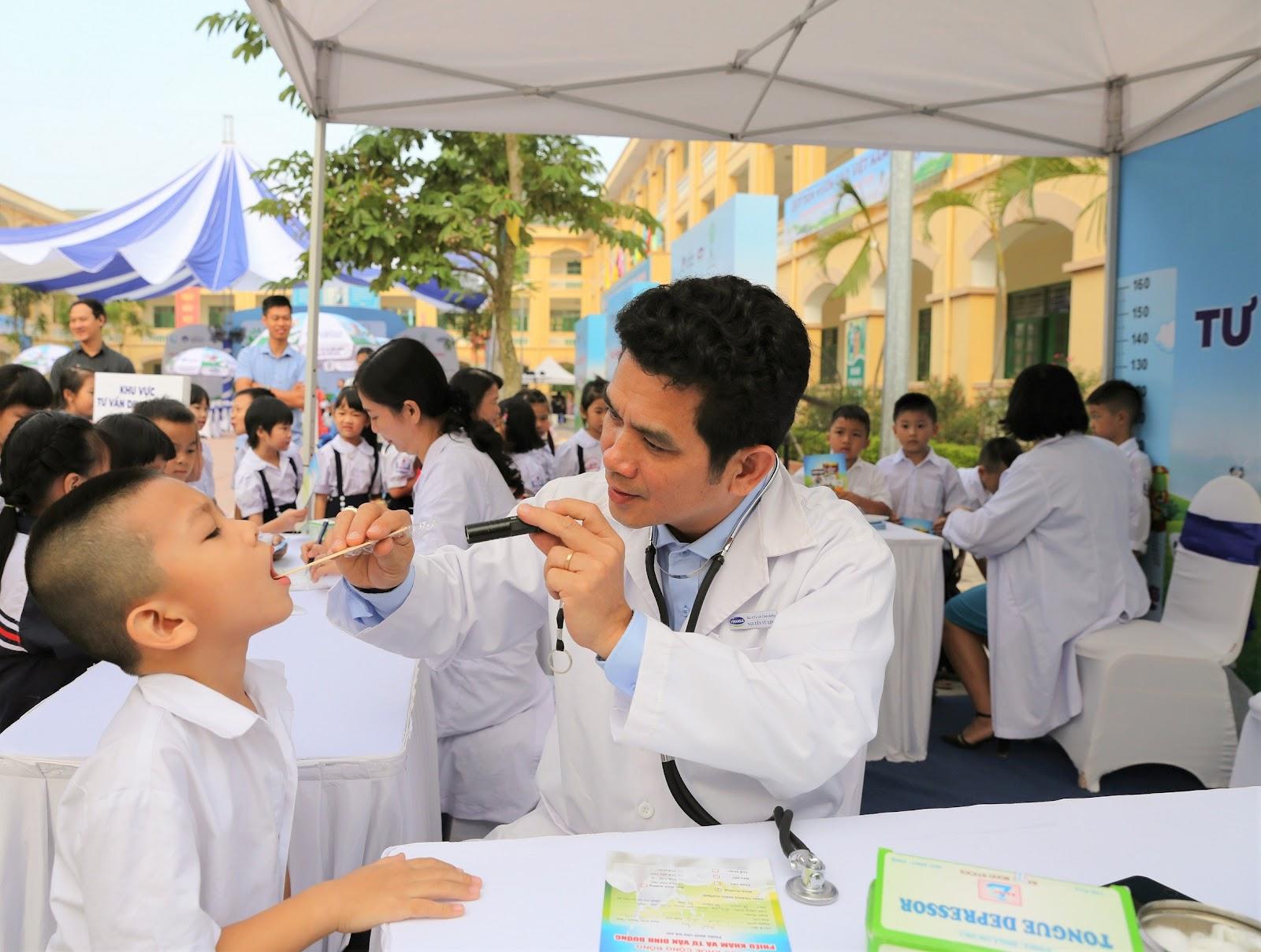 Tạichương trình, các em học sinh được các bác sĩ của Trung tâm Tư vấn Dinh dưỡng Vinamilk trực tiếp khám và tư vấn dinh dưỡng miễn phí.