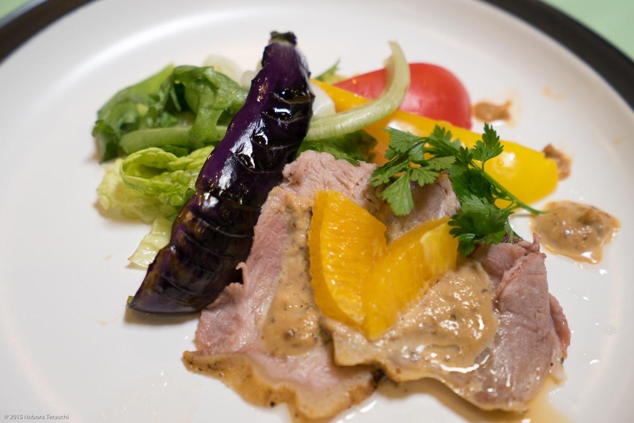 焼き物:道産豚肩ロースの黒味噌トンナート、アイスフリル、パプリカ