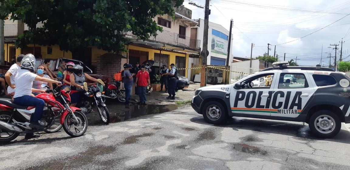 Pessoas do lado de fora de área isolada após explosão na empresa White Martins