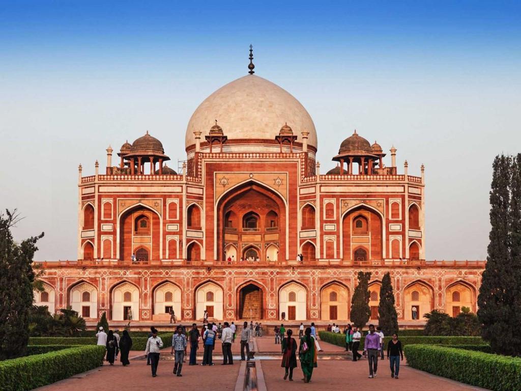 Kỳ quan kiến trúc bằng đá cẩm thạch trắng, khu đền Taj Mahal là món quà tình yêu của hoàng đế Mughal tặng cho người vợ đã mất. Hình ảnh đền soi bóng xuống mặt hồ phía trước là một cảnh đẹp khó quên với du khách.