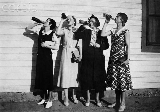 Foto en blanco y negro de un grupo de personas posando por un foto  Descripción generada automáticamente