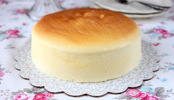 Bánh kem ban đầu có hình dáng giống chiếc bánh ngọt hoặc bánh mỳ tròn