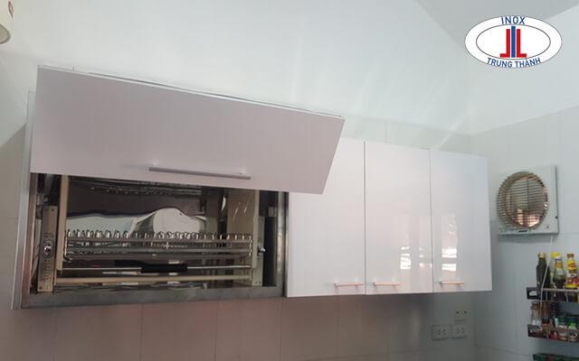 Làm tủ bếp nhựa treo tường nhỏ gọn