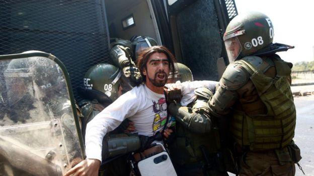 10 eventos que marcaron la historia de América Latina. Joven manifestante detenido por las fuerzas militares.