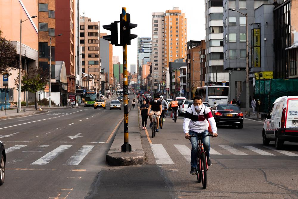 Já no início da pandemia, Bogotá abriu 76 quilômetros de ciclovias temporárias. (Fonte: Shutterstock)