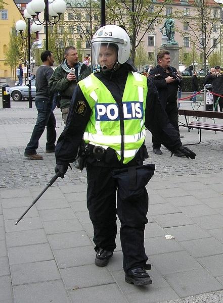 английская полицейская наказывает девочку