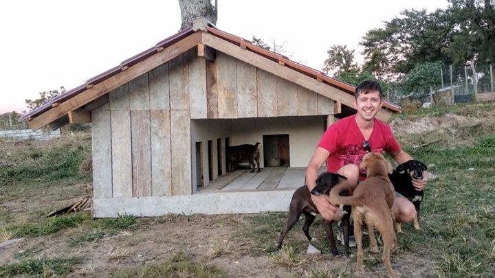 Julio con algunos perros que vivirán en la casa que construyó