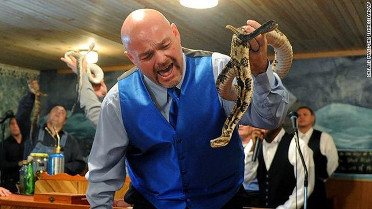 Один пастор решил продемонстрировать своей пастве, что на обладателя большой веры никакие змеиные укусы не действуют. Он оказался неправ (или веры не хватило).