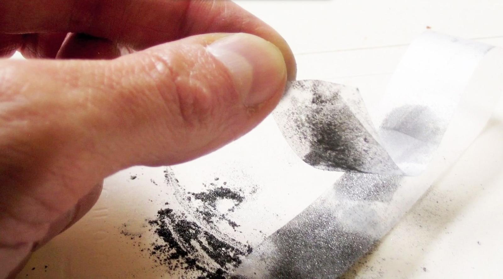 Līmlente ar grafīta daļiņām, kas veido grafēnu