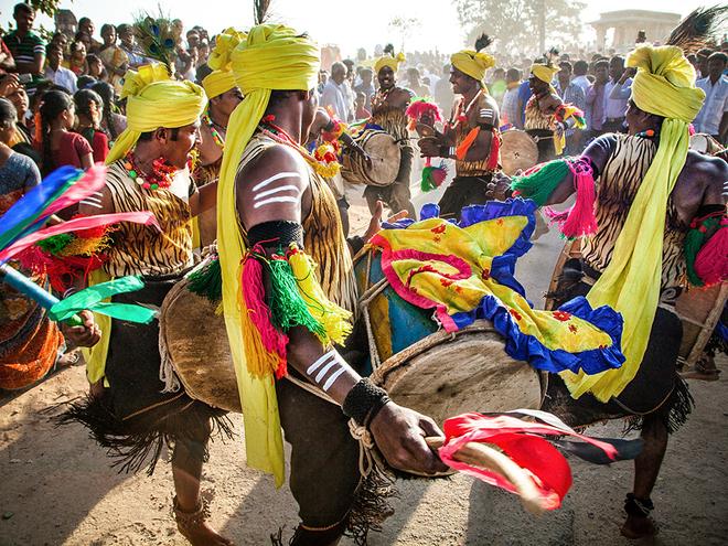 Nhảy múa và đánh trống là một phần hoạt động của lễ kỷ niệm ở Hampi, một ngôi làng ở miền trung Ấn Độ.