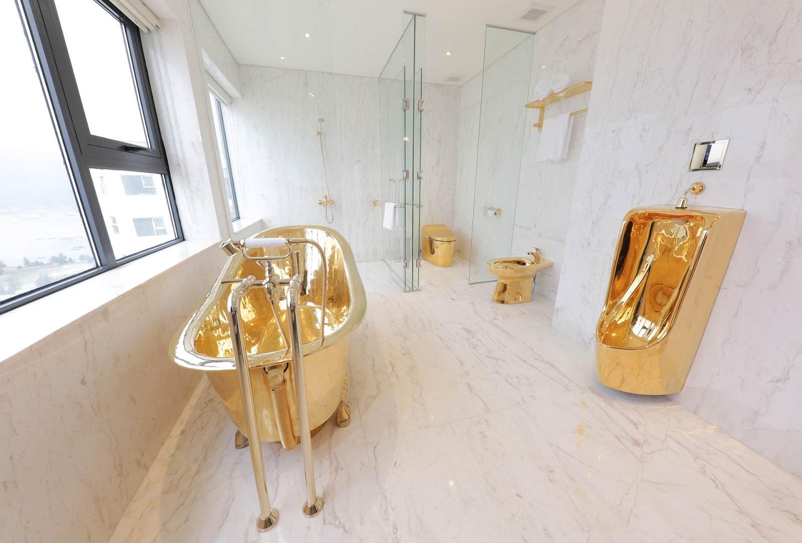 Nội thất nhà vệ sinh được dát vàng 24K toàn bộ