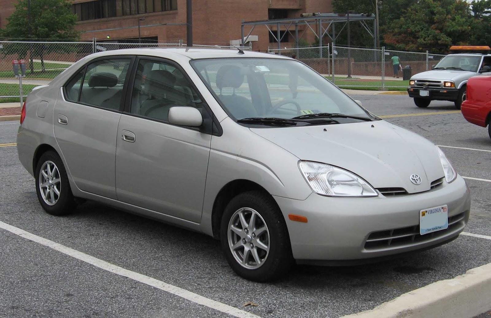 Mas a popularização dos híbridos, como o Toyota Prius, abriu espaço para o retorno dos veículos 100% a eletricidade (Fonte: Wikimedia Commons)