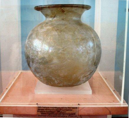 C:\Users\NF\Desktop\ΠΕΡΙ ΝΙΚΟΠΟΛΕΩΣ\GLASS CINERARY URN. Nikopolis Museum. Photo Harry Gouvas 01.JPG