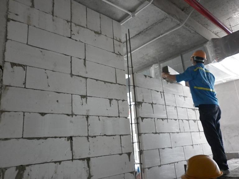 Công nhân đang thi công gạch bê tông nhẹ