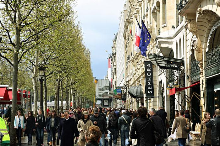 http://www.paris-tours-guides.com/image/avenue-champs_elysees/walking-champs-elysees-paris.jpg